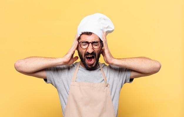 Jonge, bebaarde chef-kok, boze uitdrukking