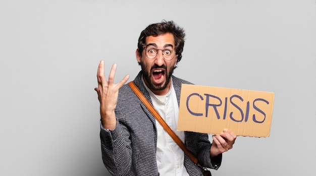 Jonge, bebaarde gekke man. crisis concept