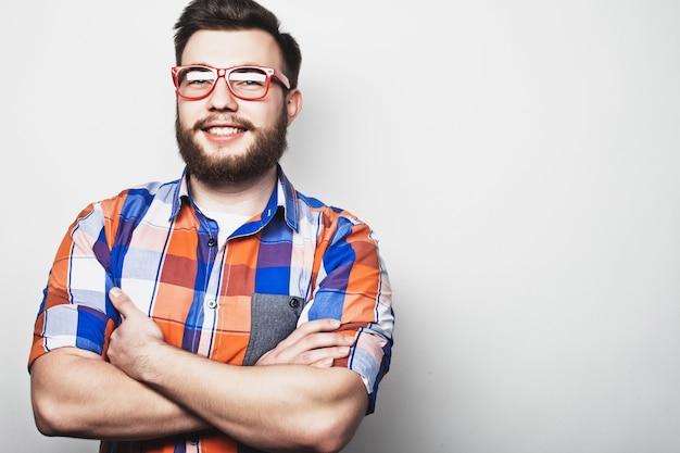 Jonge, bebaarde hipster man met een rode bril eye