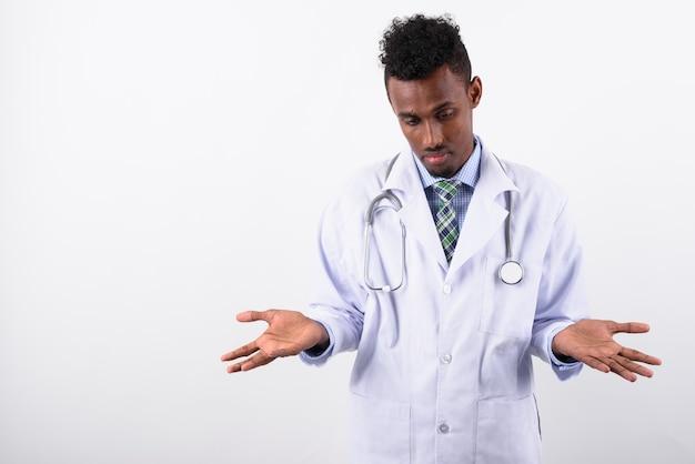 Jonge, bebaarde man arts tegen wit