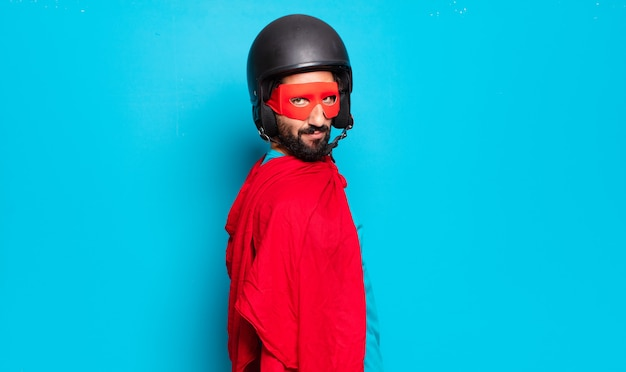 Jonge, bebaarde man. gekke en humoristische superheld met helm en masker