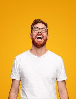 Jonge, bebaarde man lachen in de studio