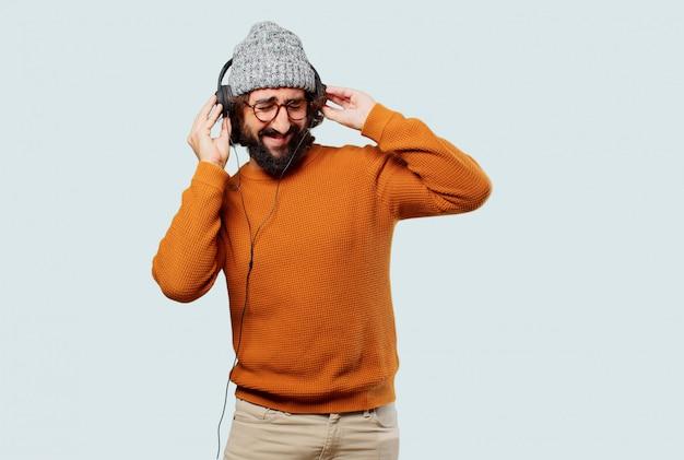 Jonge, bebaarde man luisteren muziek