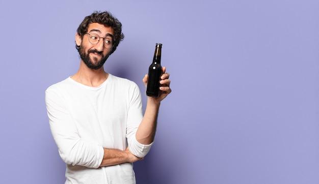 Jonge, bebaarde man met een biertje