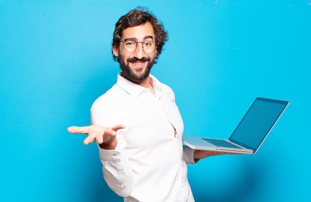 Jonge, bebaarde man met een laptop