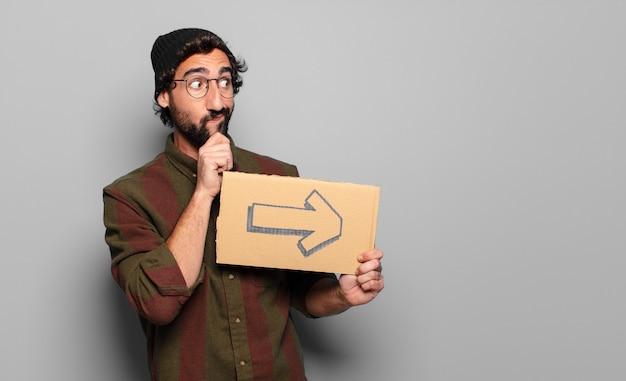 Jonge, bebaarde man met een pijlsymbool