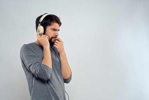 Jonge, bebaarde man met koptelefoon