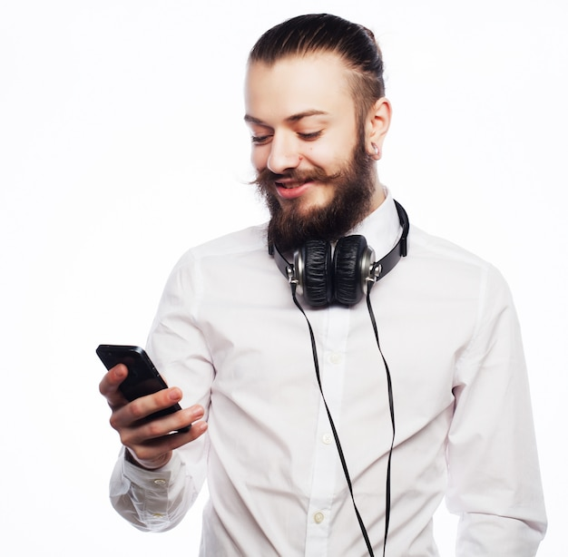 Jonge, bebaarde man met mobiel