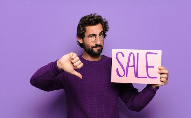 Jonge, bebaarde man met verkoopbanner