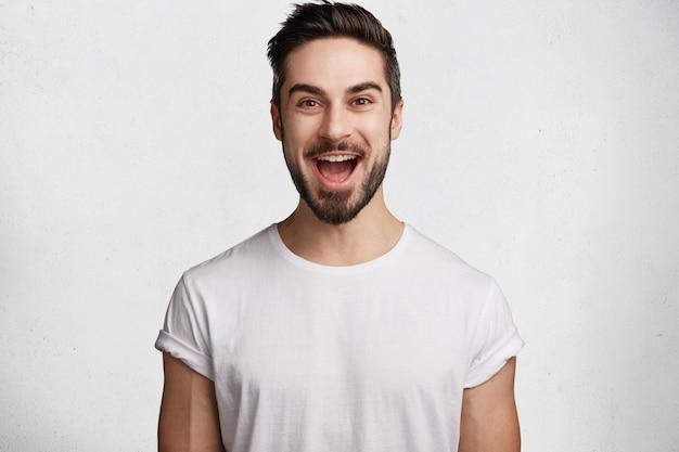 Jonge, bebaarde man met wit t-shirt