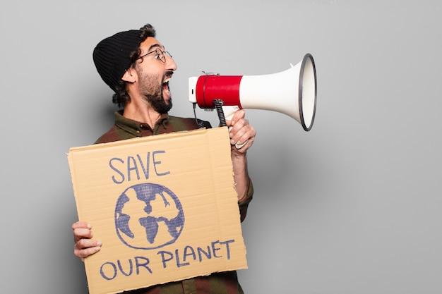 Jonge, bebaarde man protesteren met een megafoon