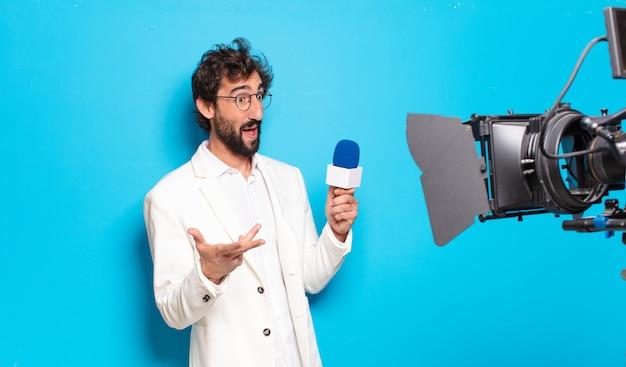 Jonge, bebaarde man tv-presentator.