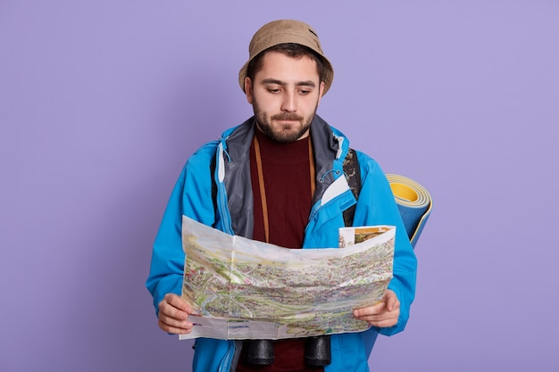 Jonge, bebaarde ontdekkingsreizigermens twijfelt en verward