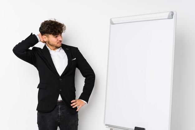 Jonge bedrijf coaching arabische man aanraken achterkant, denken en een keuze maken.