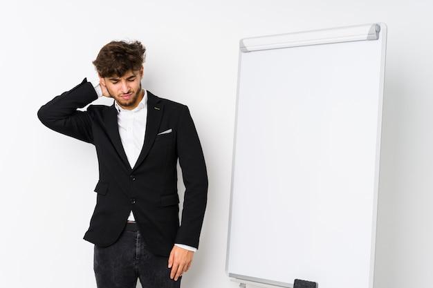 Jonge bedrijf coaching arabische man die lijden aan nekpijn als gevolg van sedentaire levensstijl.