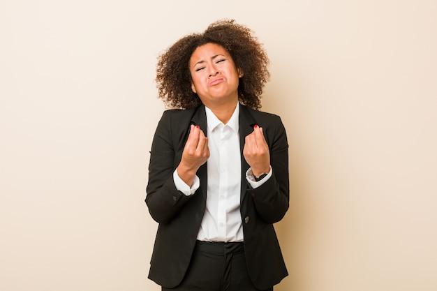 Jonge bedrijfs afrikaanse amerikaanse vrouw die aantoont dat zij geen geld heeft.