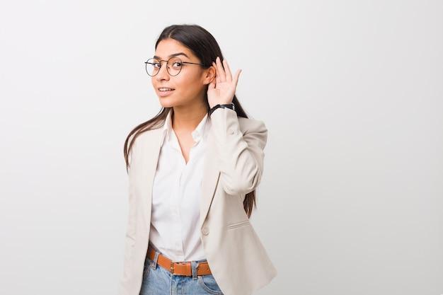 Jonge bedrijfs arabische vrouw die aan het luisteren een roddel probeert.