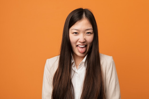 Jonge bedrijfs chinese vrouwen grappige en vriendschappelijke plakkend hem tong.