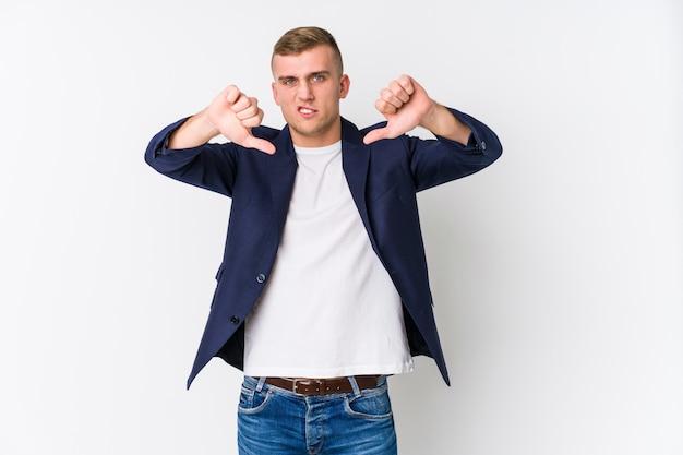Jonge bedrijfs kaukasische mens die duim tonen neer en afkeer uitdrukken.
