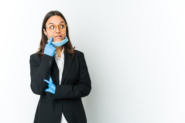 Jonge bedrijfs latijnse vrouw die een masker draagt om tegen geïsoleerde covid te beschermen
