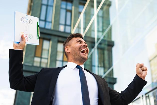 Jonge bedrijfsmens die gelukkig lage mening is