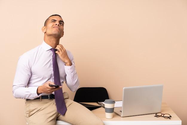 Jonge bedrijfsmens in een bureau dat een idee denkt