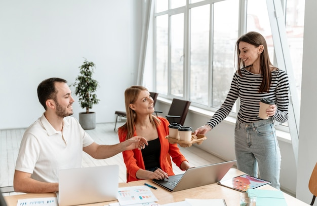Jonge bedrijfsmensen die aan laptop werken