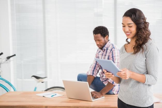 Jonge bedrijfsmensen die laptop bekijken