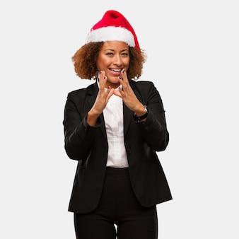 Jonge bedrijfsvrouw die een hoed dragen die van chirstmassanta een plan ontwerpen