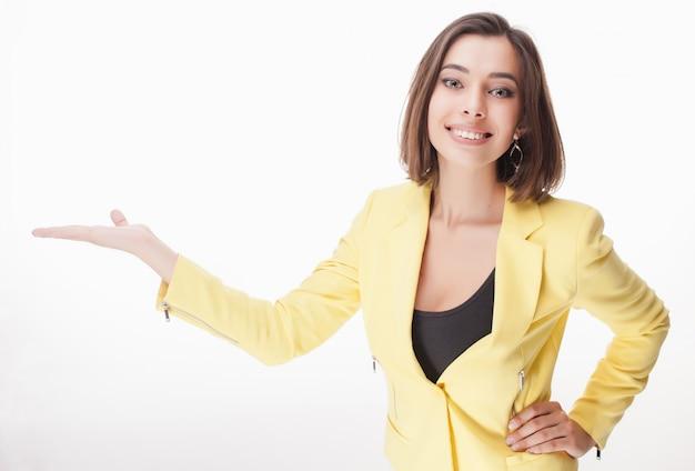 Jonge bedrijfsvrouw die iets toont