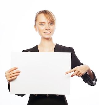 Jonge bedrijfsvrouw die leeg uithangbord toont