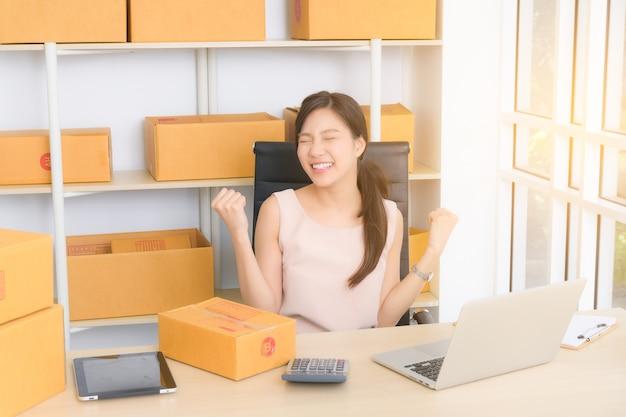 Jonge bedrijfsvrouw die online met laptop werkt