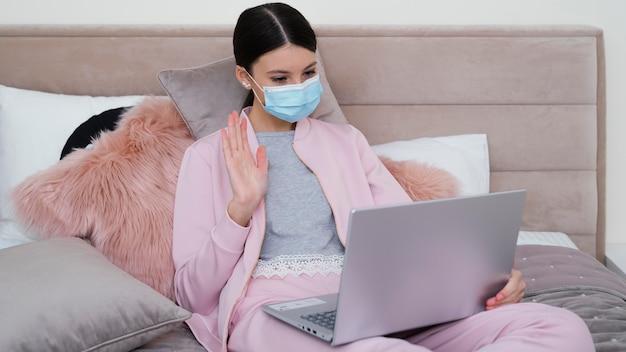 Jonge bedrijfsvrouw die van huis werkt en masker draagt