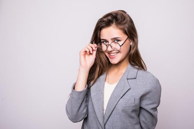 Jonge bedrijfsvrouw in glazen die op witte achtergrond wordt geïsoleerd