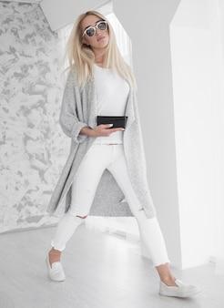 Jonge bedrijfsvrouw in het wit lopen