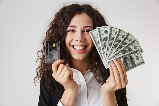 Jonge bedrijfsvrouw met creditcard en geld