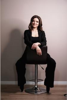 Jonge bedrijfsvrouwenzitting als voorzitter