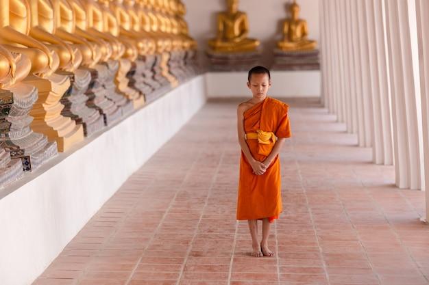 Jonge beginnende monnik die voor meditatie bij wat phutthai sawan-tempel, ayutthaya, thailand loopt