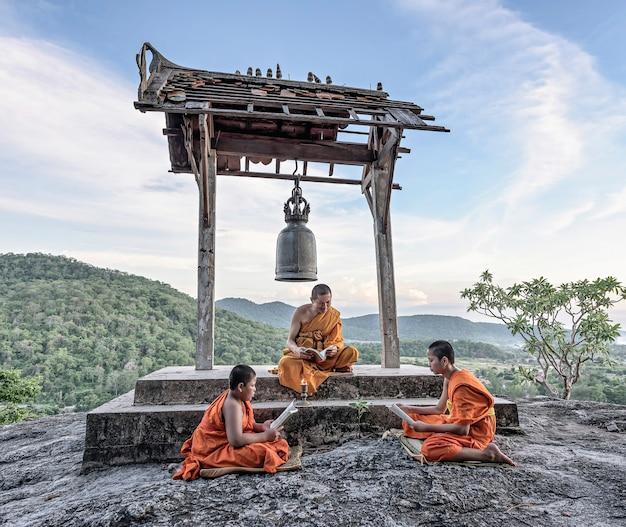 Jonge beginnende monniken leren