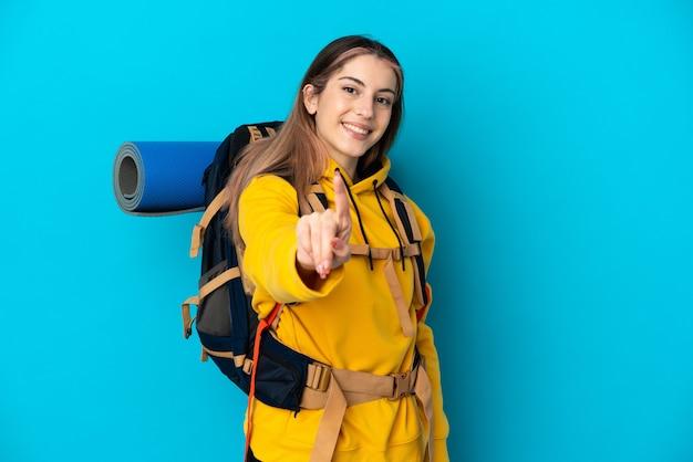 Jonge bergbeklimmer vrouw met een grote rugzak geïsoleerd