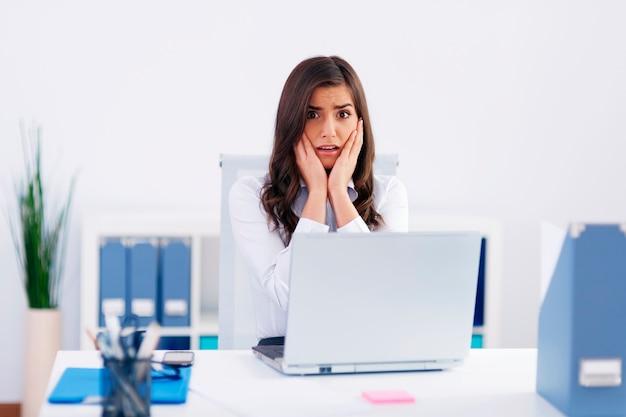 Jonge bezorgde zakenvrouw op kantoor