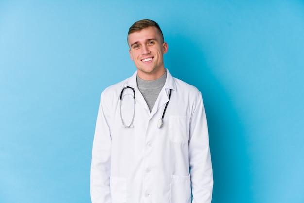 Jonge blanke dokter man blij, lachend en vrolijk.