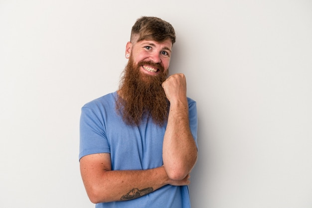 Jonge blanke gember man met lange baard geïsoleerd op een witte achtergrond glimlachend gelukkig en zelfverzekerd, kin met de hand aan te raken.