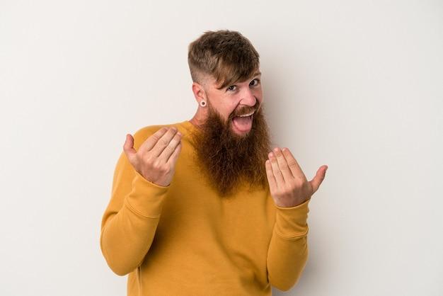 Jonge blanke gemberman met lange baard geïsoleerd op een witte achtergrond die met de vinger naar je wijst alsof uitnodigend dichterbij komt.