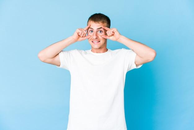 Jonge blanke knappe man die ogen geopend houdt om een kans op succes te vinden.