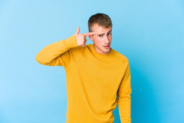 Jonge blanke knappe man met een gebaar van teleurstelling met wijsvinger.