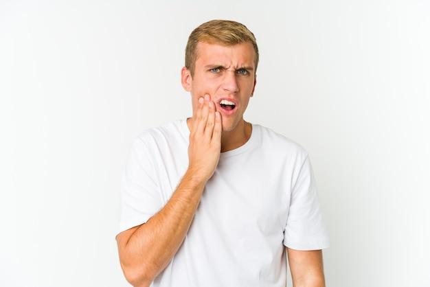 Jonge blanke knappe man met een sterke tandenpijn, kiespijn.