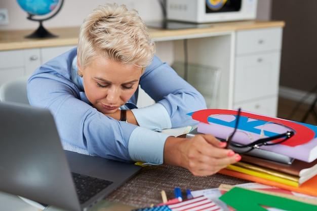 Jonge blanke leraar vrouw moe om online les te geven via webcam