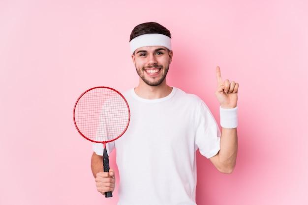 Jonge blanke man badminton spelen met een geweldig idee
