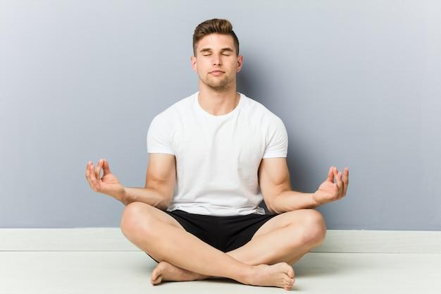 Jonge blanke man beoefenen van yoga, meditatie.